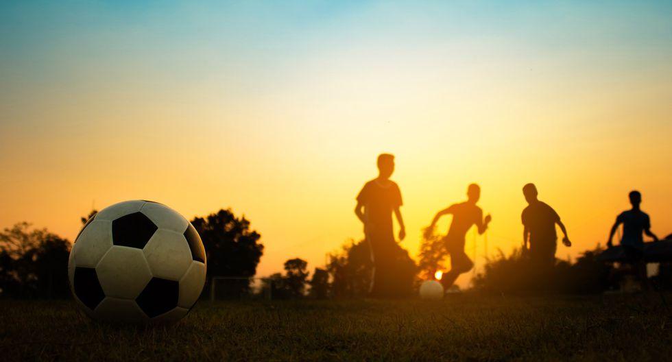 La inserción de jóvenes venezolanos en el fútbol peruano.