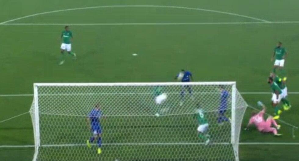 Miguel Trauco no pudo evitar salvar el primer gol del Genk. (Video: YouTube)