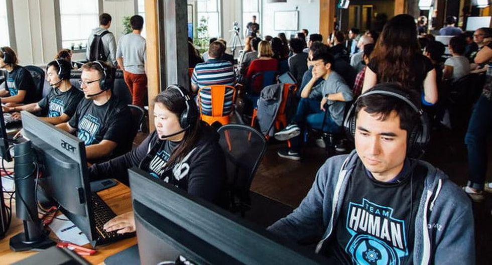 Humanos jugando contra la IA (Foto: Open IA)